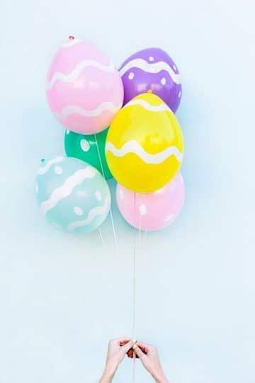 huevos de pascua con globos faciles