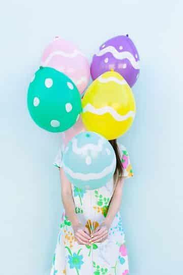 huevos de pascua con globos pintados