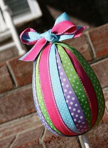 huevos de pascua con globos y cintas