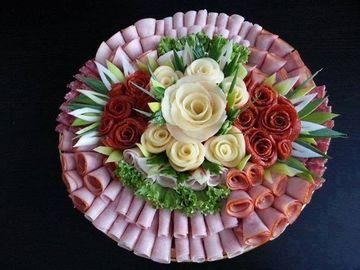 tablas de fiambres y quesos decoradas con rosas