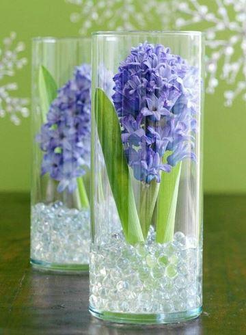 arreglos florales en cilindros de vidrio para una fiesta