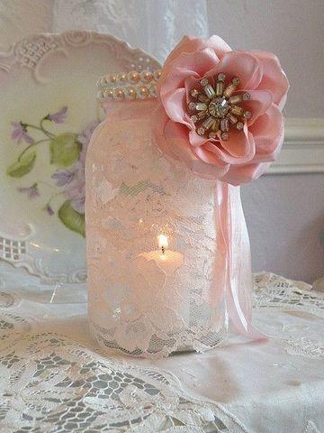centros de mesa con frascos y velas con tela