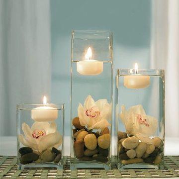 centros de mesa con frascos y velas y flores