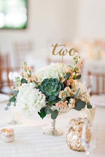 centros de mesa florales para boda con topper
