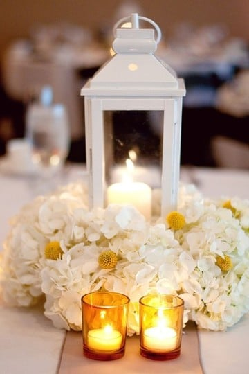 centros de mesa florales para boda en faroles