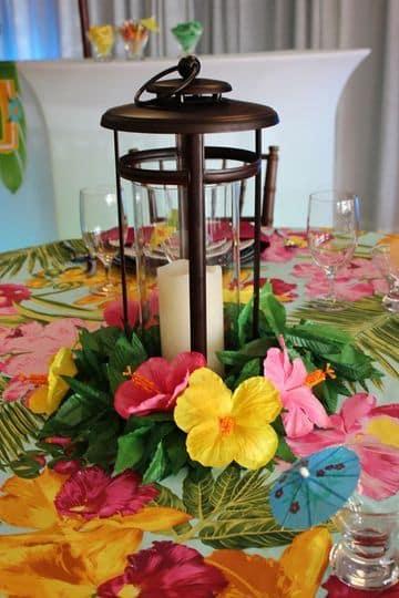 centros de mesa para fiestas hawaianas con candelabro