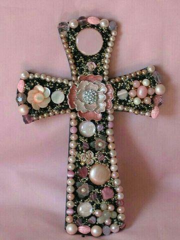 cruces de madera decoradas con perlas
