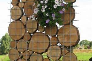 Obras y diseños de jardines decorados con troncos