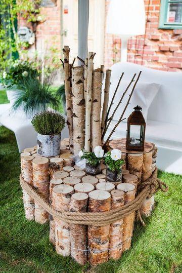 jardines decorados con troncos y flores
