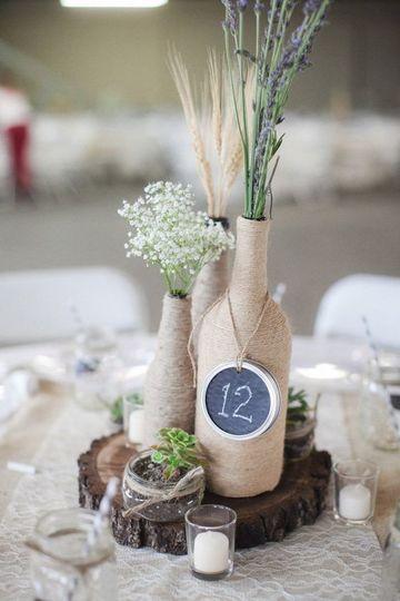 arreglos de mesa con botellas para bodas