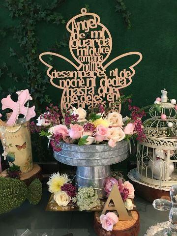 arreglos florales para comunion con angel de madera