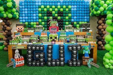 cumpleaños tematico de minecraft decorado con globos
