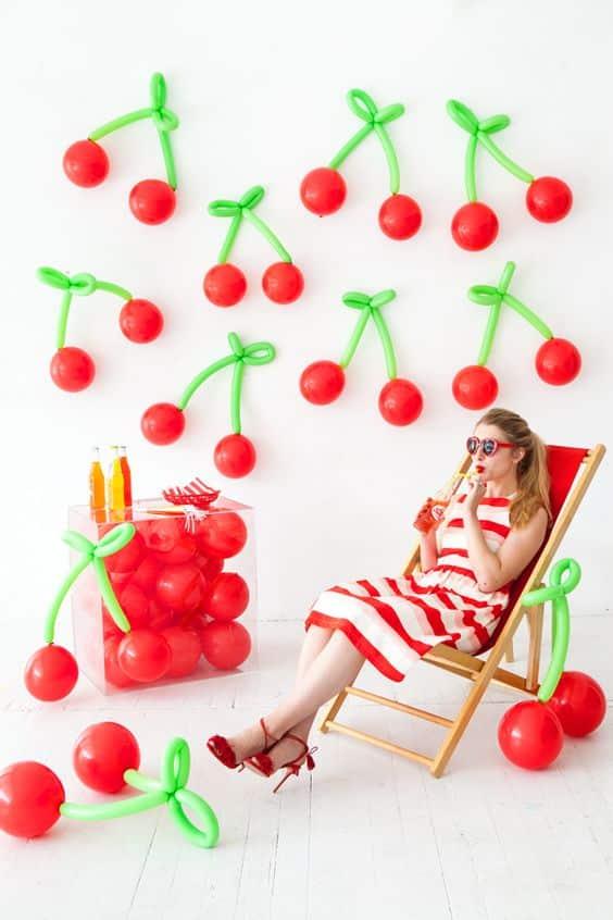 decoracion de pared con globos de cereza
