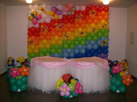 decoracion de pared con globos de colores
