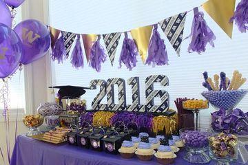 mesa de dulces de graduacion con dorado y lila