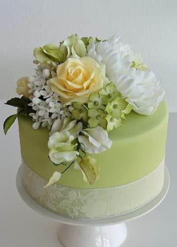 pasteles con rosas naturales amarillas