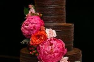 Diseños elegantes de pasteles con rosas naturales