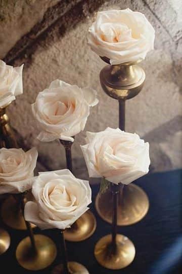 como decorar un candelabro con rosas