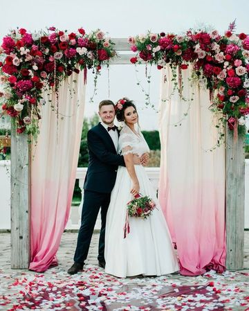 arcos decorados para bodas con cortinas