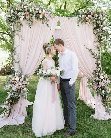 arcos decorados para bodas con flores y cortinas