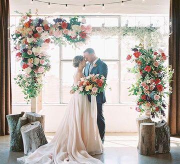 arcos decorados para bodas con flores y troncos