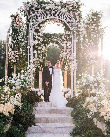 arreglos florales para boda religiosa con arco