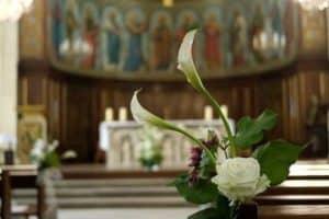 Elegantes y preciosos arreglos florales para boda religiosa