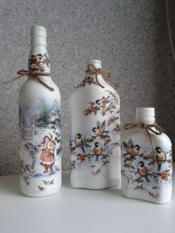 botellas de vidrio decoradas con servilletas navideñas