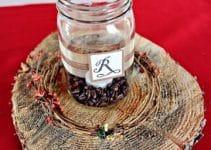 Sencillos y preciosos centros de mesa con frascos de cafe