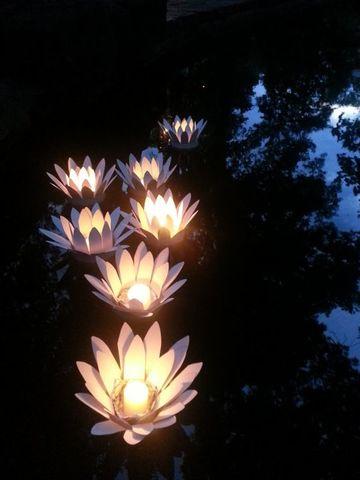 luces flotantes para piscinas con velas