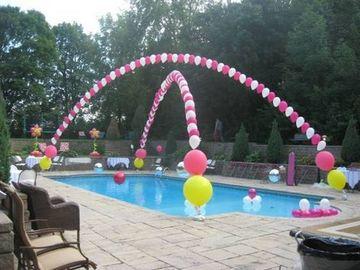 piscina decorada con globos de esquinas