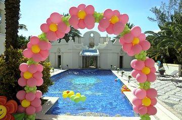 piscina decorada con globos en arco