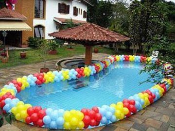 piscina decorada con globos en el borde