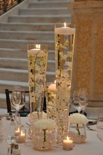centros de mesa con vidrio y velas flotantes