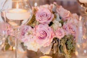 Elegantes centros de mesa con vidrio y velas para tu evento