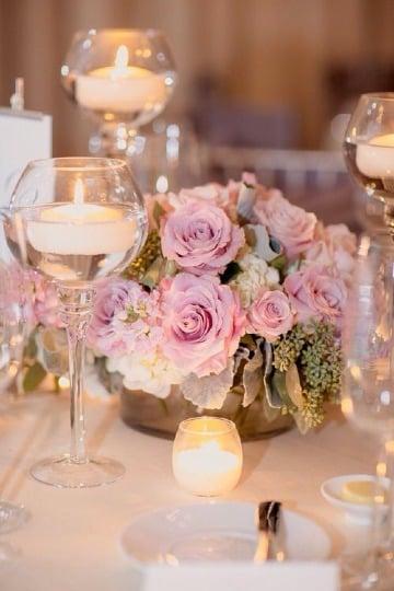centros de mesa con vidrio y velas y flores