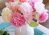 Arreglos con papel china en forma de flores y pompones