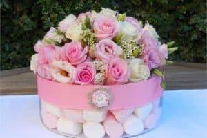 Arreglos florales para baby shower con demás complementos