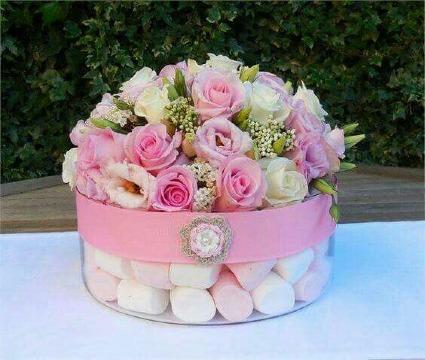 centros de mesa con bombones y flores