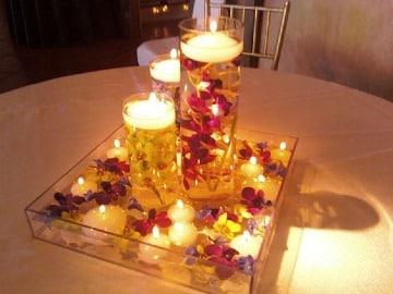centros de mesa para cena con flores y velas