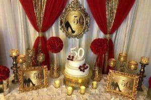 Una decoracion de fiesta en rojo y dorado para 15 y bodas