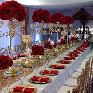 elegante decoracion de fiesta en rojo y dorado
