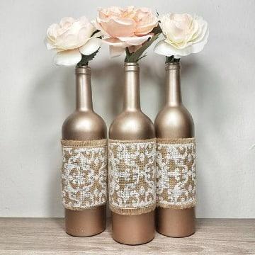 arreglos con botellas de vino recicladas