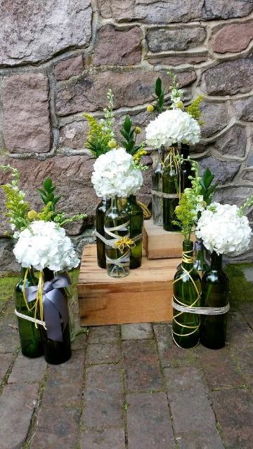 arreglos con botellas de vino vacias