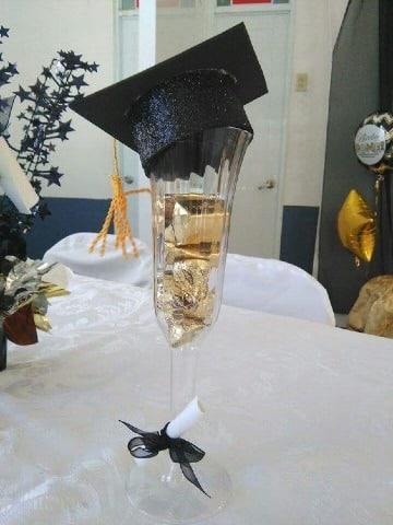 centros de mesa con copas decoradas para graduacion