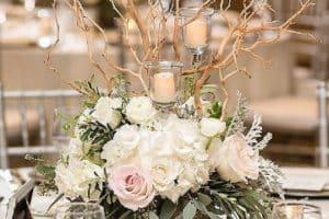 3 centros de mesa con plantas rusticos y un adorno vintage