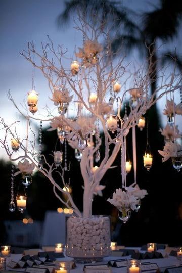 centros de mesa con ramas secas y velas