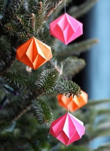 decoracion con adornos navideños de papel