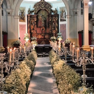 elegante decoracion de iglesia para boda