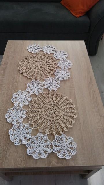 pequeños caminos de mesa tejidos a crochet